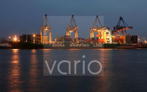 Containerschiff im Hafen Hamburg