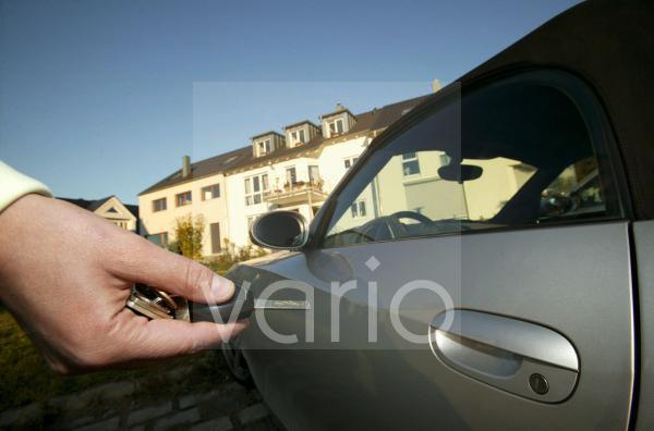 Frau schliesst Auto auf