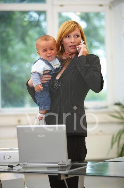 Geschaeftsfrau mit  Baby
