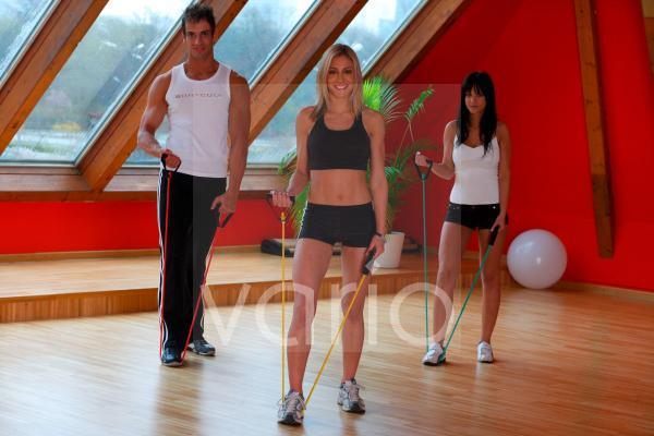 Junge Menschen beim Fitnesstraining