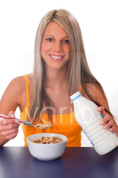 Frau die Müsli isst