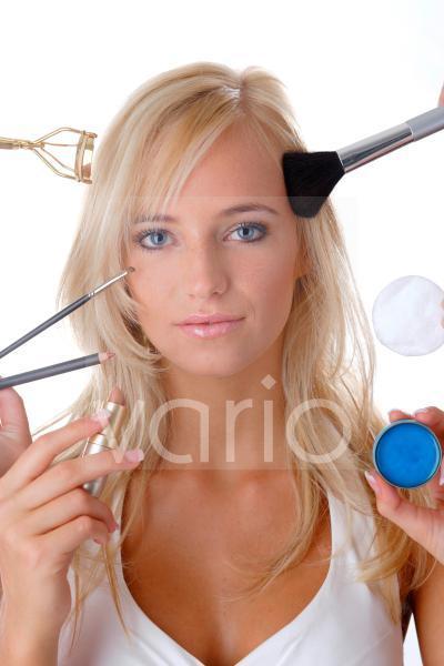 Model mit Kosmetikutensilien