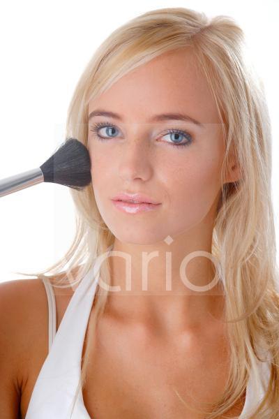 Model mit einem Puderpinsel