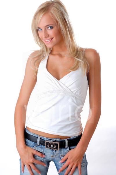 Model in Jeans und weissem Shirt