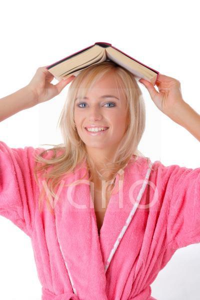 Junge Frau mit Buch auf dem Kopf