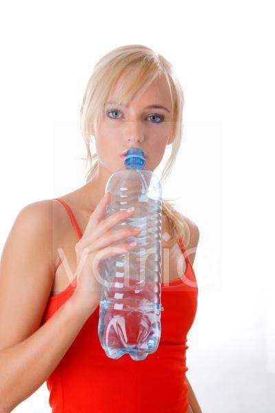 Model trinkt aus einer Wasserflasche