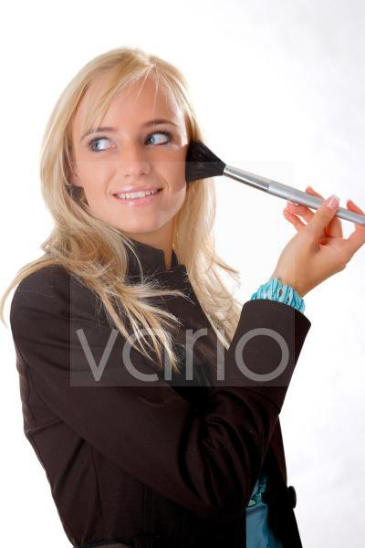 Model mit Puderpinsel