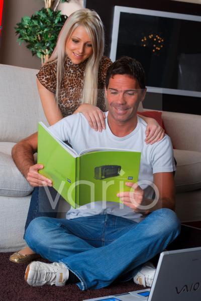 Pärchen beim gemeinsamen Lesen