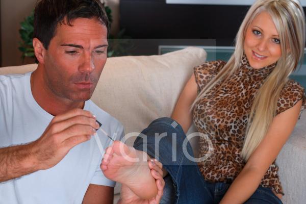 Mann lackiert Frau die Fussnägel