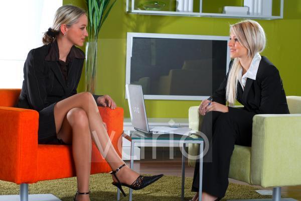 Zwei Frauen im Businessoutfit