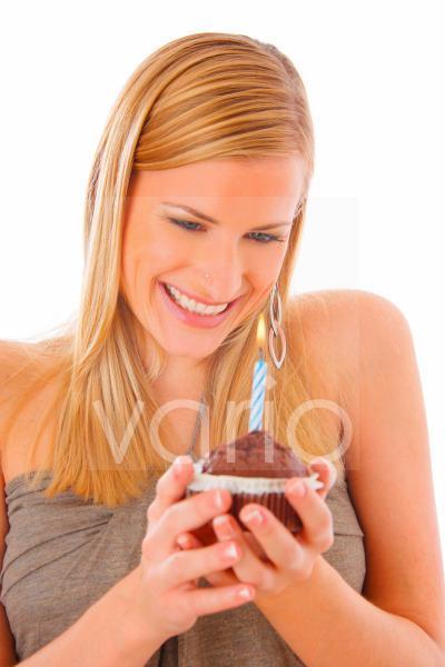 junge Frau mit einem Geburtstagskuchen