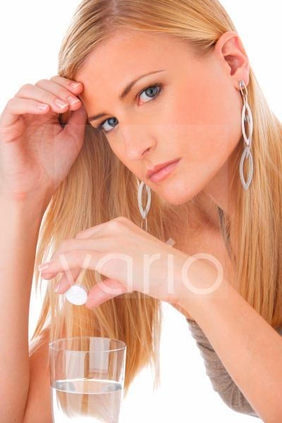 junge Frau mit einem Glas und einer Brausetablette