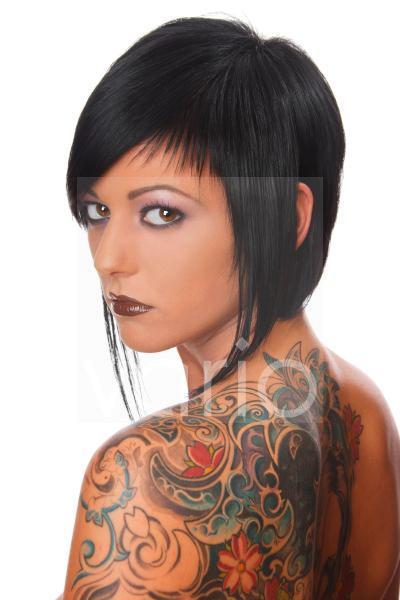 Model mit Tattoos an Rücken und Schulter