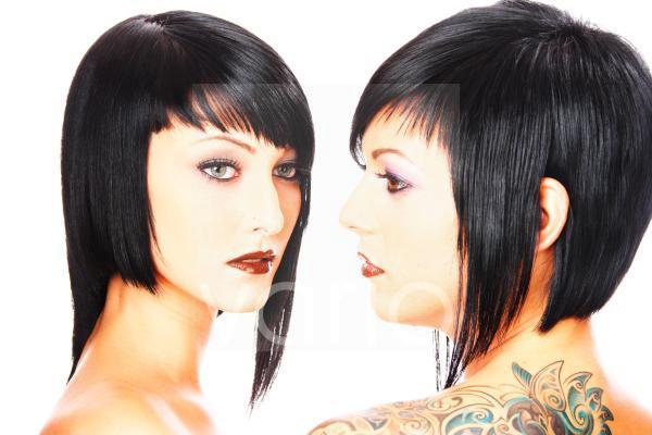 Zwei nackte dunkelhaarige Models