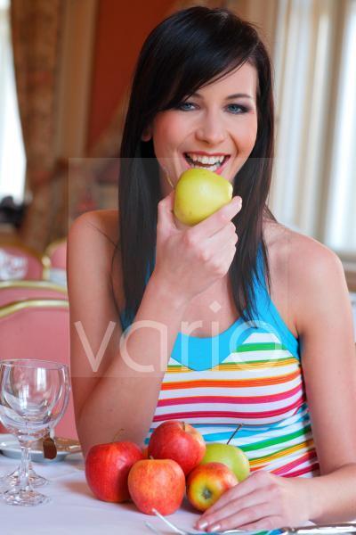 Junge Frau die in einen Apfel beisst