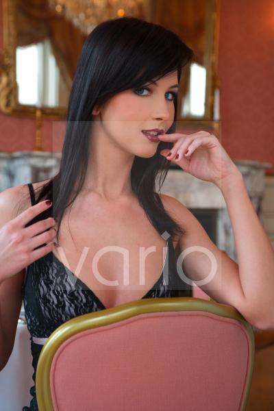 Model auf einem Sessel sitzend