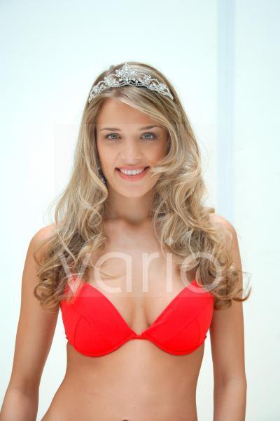Junge Frau mit Krone