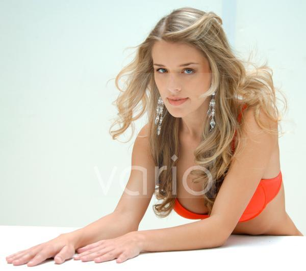 Junge Frau in orangem Bikini