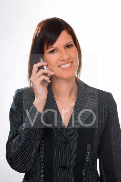 Junge Frau mit Mobiltelefon