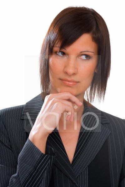 Junge Frau mit ernstem Blick