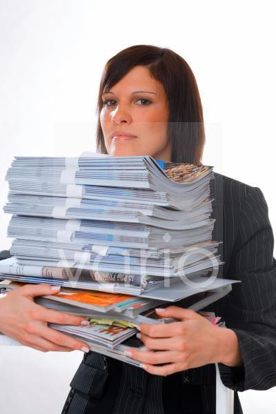 Junge Frau mit Stapel Papieren