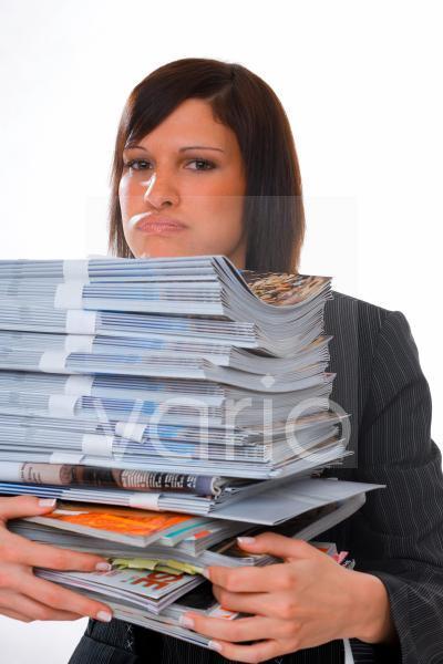 Junge Frau mit Stapel Papieren in den Händen