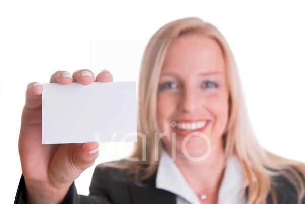Geschäftsfrau hält Visitenkarte