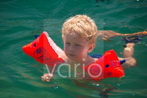 Junge mit Schwimmflügeln in der Adria, Sevid, Split, Dalmatien, Kroatien