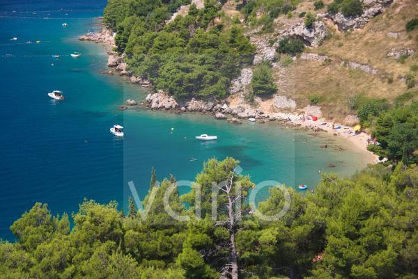 Bucht bei Stanici, Blick von der Küstenstrasse, Omis, Dalmatien, Kroatien