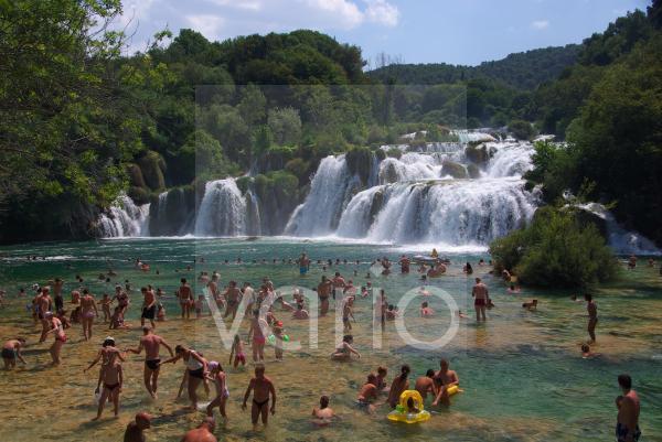 Badende an den untersten Wasserfällen von Skradinski buk, Krka Nationalpark, Sibenik, Dalmatien, Kroatien