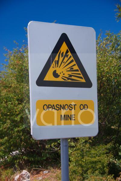 Warnung vor Minen im Krka Nationalpark, Krka Nationalpark, Sibenik, Dalmatien, Kroatien