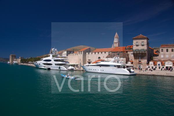 Luxusyachten vor Trogirs Altstadt; UNESCO; Weltkulturerbe; Split; Dalmatien; Kroatien