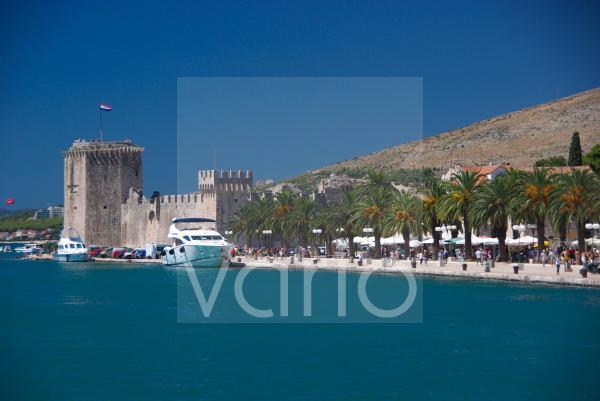 Festung Kamerlengo an der Uferpromenade von Trogir, Dalmatien, Kroatien