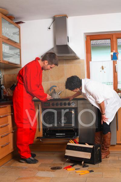 Servicemann repariert Küchenofen
