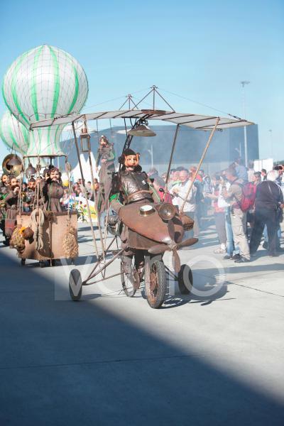 Maskenumzug mit Montgolfieren und phantasievollen Kostümen