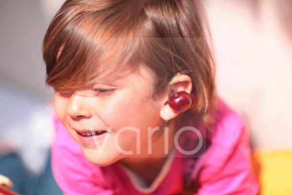 Kinderportrait mit Kirschohrring