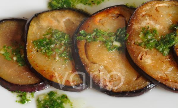 vorspeise mit kräutern und aubergine