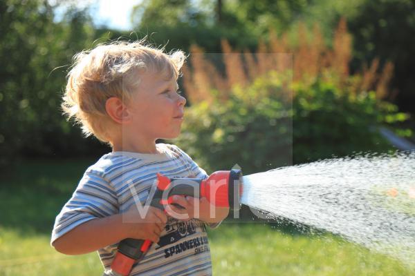 Wasserspiele, Junge mit Gartenbrause