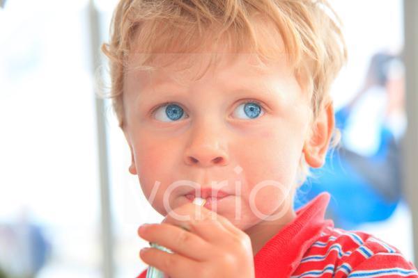 Junge mit Strohhalm