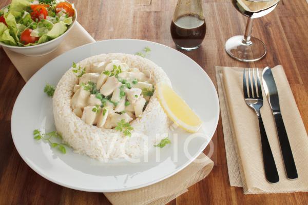 Hühnerfrikassee mit Spargel, Erbsen und Champignons im Reisrand, Salat, Worcester Sauce, Weißwein