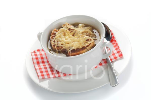 Französische oder Pariser Zwiebelsuppe mit geröstetem Brot und Käse überbacken