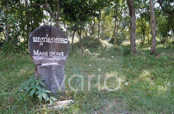 Massengrab auf den Killing Fields nahe Phnom Penh, Kambodscha, Südostasien