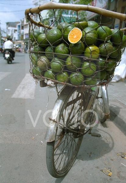 Korb voller Limetten auf Fahrrad, Saigon, Vietnam, Südostasien