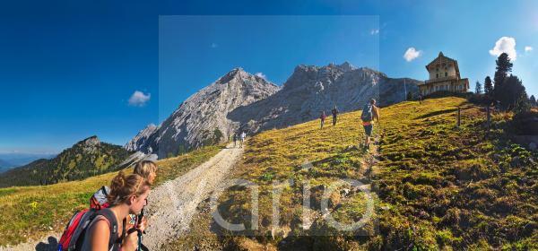 Wanderer mit Blick zum Schachenhaus, dem Jadgschloss von König Ludwig von Bayern, Garmisch-Partenkirchen, Wettersteingebirge, Bayern, Deutschland, Europa