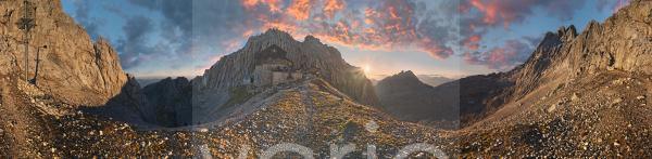 360° Panorama am Törlgatterl mit Törlspitze und Meilerhütte bei Sonnenaufgang mit bizarrem rötlichem Wolkenhimmel, Garmisch-Partenkirchen, Wettersteingebirge, Bayern, Deutschland, Europa