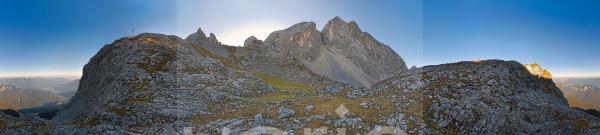 360° Panorama mit Wanderern auf dem Weg von der Meilerhütte zum Schachenhaus mit der Partenkirchener Dreitor Spitze, Garmisch-Partenkirchen, Wettersteingebirge, Bayern, Deutschland, Europa
