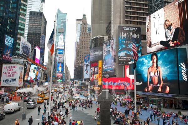 Metropole, Hochhäuser und bunte Leuchtreklame, Kreuzung von Broadway und 7th Avenue, Fußgängerzone, Times Square, Midtown, Manhattan, New York City, USA, Nordamerika, Amerika