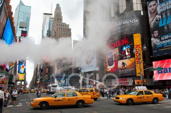 Metropole, Verkehr, Hochhäuser und bunte Leuchtreklame, Dampf in der Straße, gelbe Taxis, Yellow Cabs, Kreuzung von Broadway und 7th Avenue, Times Square, Midtown, Manhattan, New York City, USA, Norda