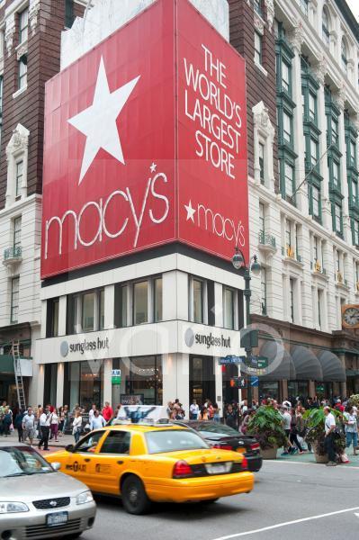 Werbung an der Straßenecke, gelbes Taxi, Yellow Cab, Traditions-Kaufhaus Macy's, Herald Square, Platz, Kreuzung von Broadway und 6th Avenue, New York City, USA, Nordamerika, Amerika