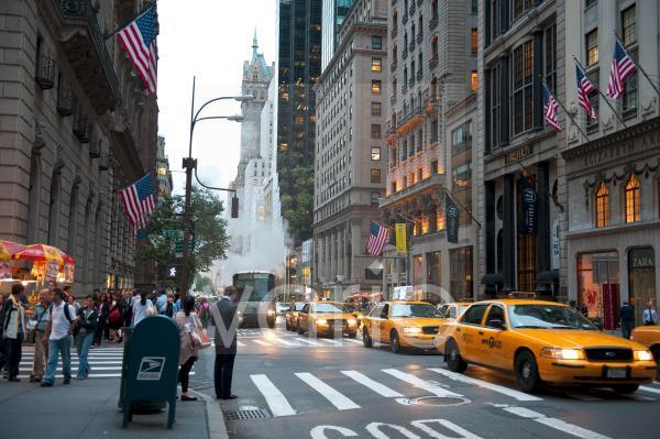 Verkehr bei Dämmerung, gelbe Taxis, Yellow Cabs, 5th Avenue, Midtown, Manhattan, New York City, USA, Nordamerika, Amerika